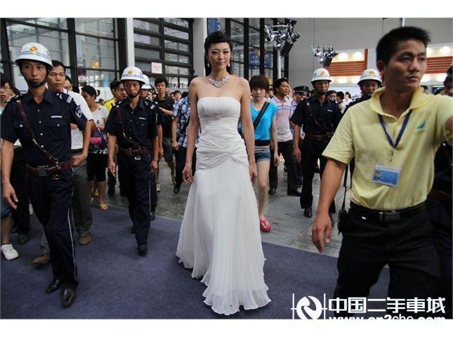 国际超模艾尚真空降广西国际汽车文化节