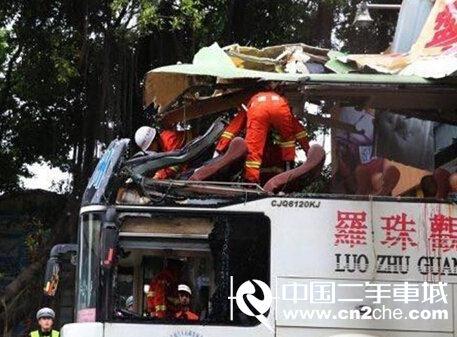 客车被限高架切头现场 2死9伤 (26)