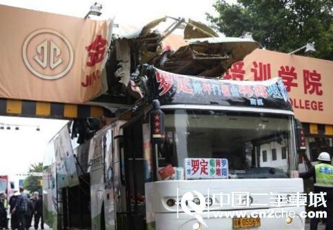 客车被限高架切头现场 2死9伤 (27)
