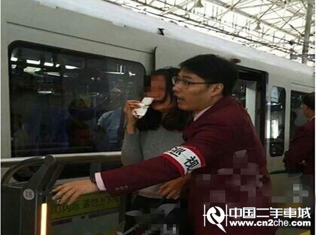 上海一女子搭地铁莫名被殴致出血
