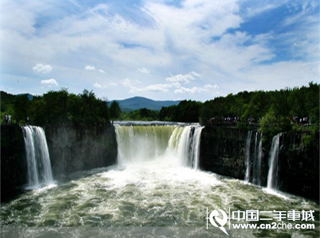 牡丹江镜泊湖是中国最大的高山堰塞湖,这里是国家级重点风景名胜区