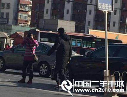 路怒症:北京一女司机因启动慢 遭后车男子暴打