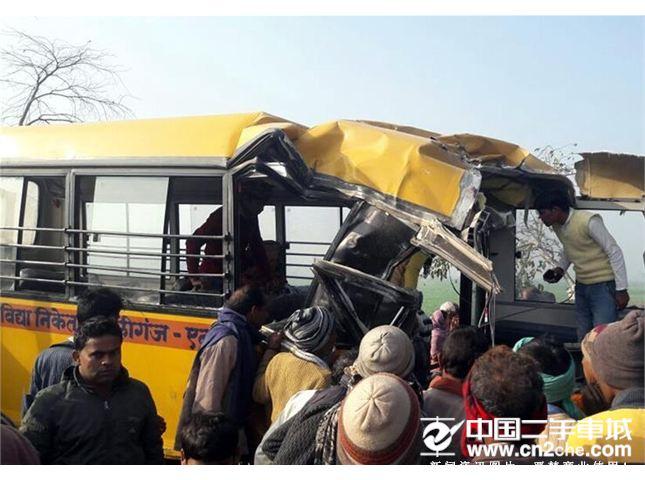 印度北方邦发生惨烈车祸一校车与货车相撞 至少15人死亡(图)