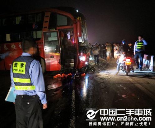 云南大巴罐车相撞车祸 致10死38伤惊天惨剧