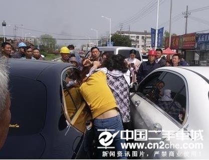 淮安两辆大奔街头斗气 三女子斗殴互撕上衣引围观图片