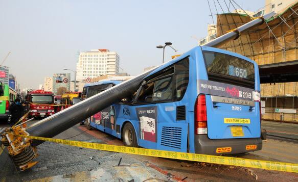 首尔塔吊砸中公交导致1死15伤