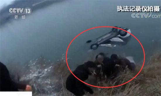山西连降大雪两车相撞车祸 运城车辆翻入水库