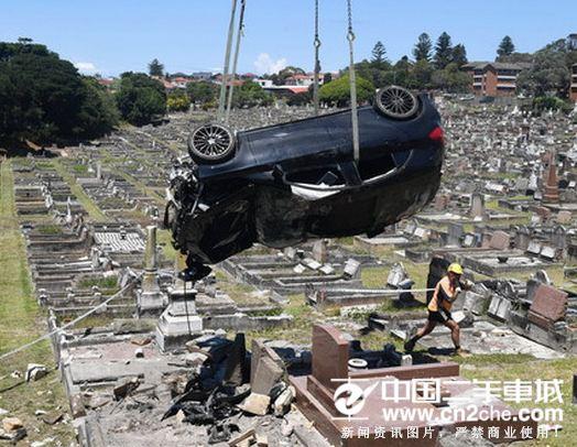 酒驾开车闯入墓地