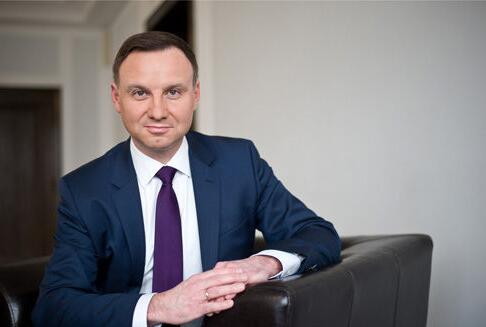 波兰总统遭遇车祸 全球媒体都关注