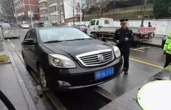 湖北男子违章243条砸车 自首罚款3.6万拘留10天