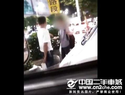 司机拎刀威胁乘客要好评
