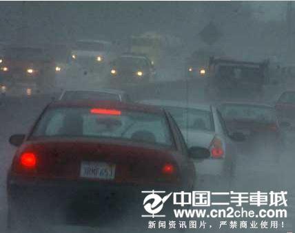 西班牙暴雨越野车和货车相撞车祸