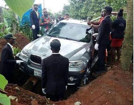 尼日利亚买宝马当棺材下葬 生前承诺死后兑现
