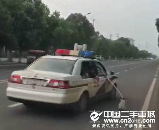 """开警车拖拽流浪狗什么原因 """"业务""""没经验导致"""