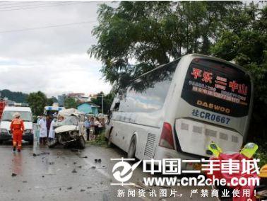 雨天路滑车速快 桂林一大客车相撞车祸致1死10伤