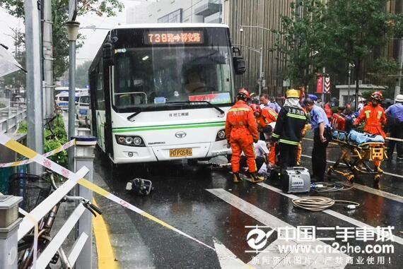 上海公交撞倒路人车祸 刹车失灵造成2死1伤