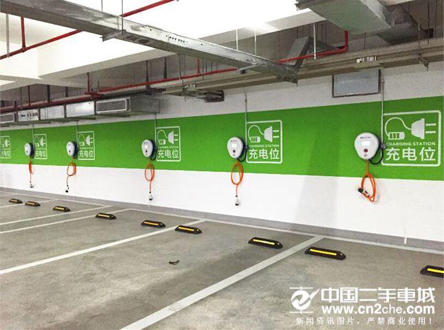 美国的新能源汽车充电桩来了 中国的也不远了