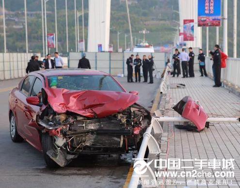 重庆大巴车坠江情况 打捞遗体吊公交进行中