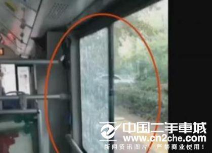 南京大妈砸公交玻璃赔了1150元 赶车费时费力费钱得不偿失