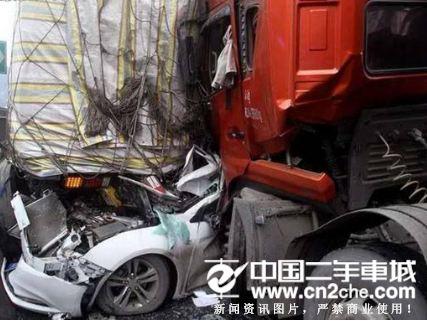 四川京昆高速连环事故致6伤1死 5车相撞5人被困车祸