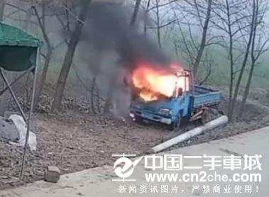 安徽阜阳三个学生玩炮仗点货车 半小时货车烧毁