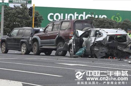 新西兰奥克兰发生3车追尾车祸致1死1伤 事故原因不明