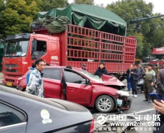江苏常州湖滨大桥段车祸致3人受伤 5车相撞原因不明