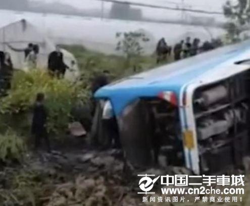 安徽49人客车翻车车祸致5死多伤 车上有许多高三学生