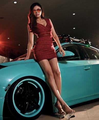性感车模董文霏写真 深红短裙与蓝色跑车