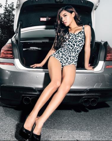 宝马性感美女车模 豹纹短裙的诱惑