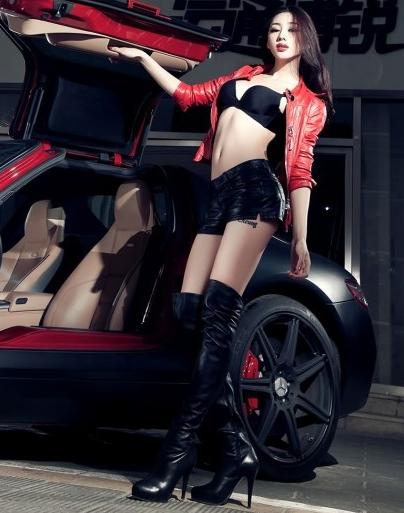 性感长腿车模冷艳展示 奔驰SLS午夜迷情