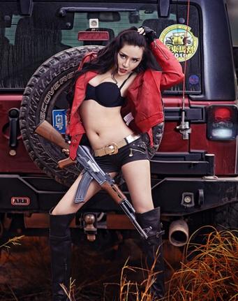 烈焰红唇 吉普和持枪性感美女的传奇