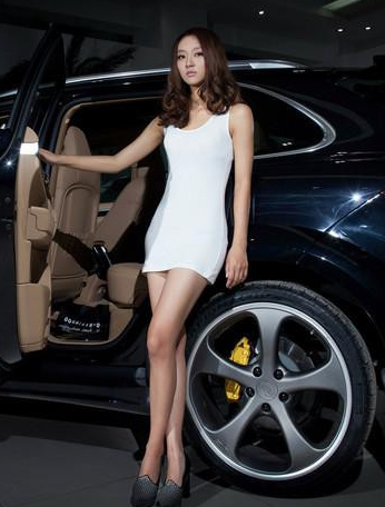 黑色越野车和白色短裙高挑美女车模的组合