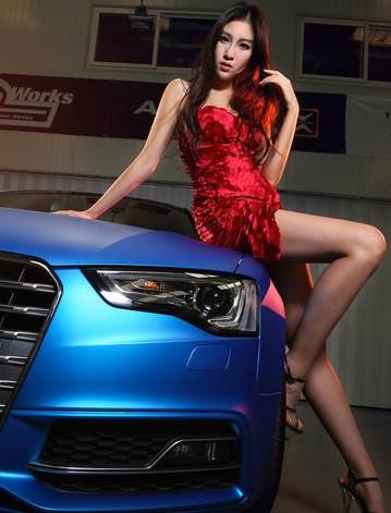 五彩斑斓 性感美女和蓝色奥迪团队