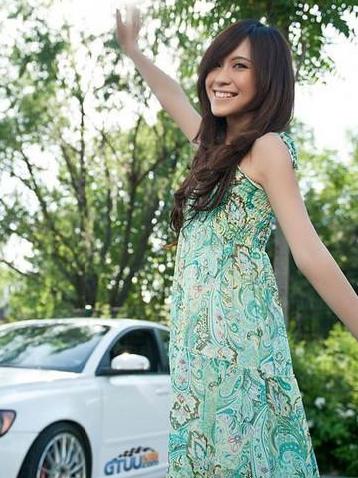 绿色连衣裙青春美女车模和白色沃尔沃的组合