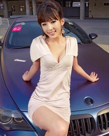 完美的请人 气质短裙美女车模和轿跑更诱惑