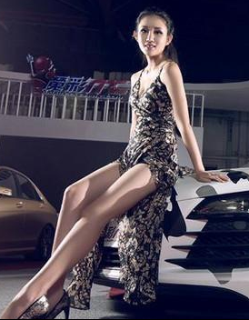 姿势诱人 性感长腿美女和改装黑白轿车