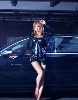 黑色皮衣性感美女车模撩人展示 黑色轿车当背景