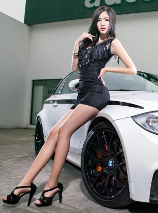 白色宝马越野车和惹火身材的性感美女车模