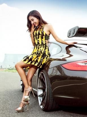 保时捷911和性感黄色短裙美女车模