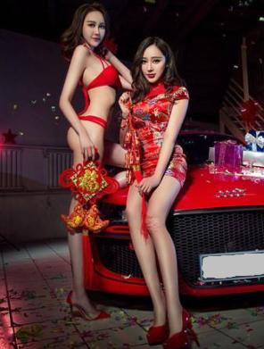 红红火火 两位性感美女车模携红色奥迪送祝福