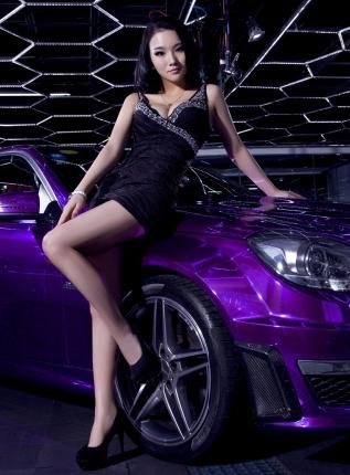 气质的对抗 魅惑黑衣美女车模和神秘紫色奔驰