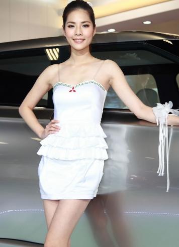 车展白衣气质美女车模 让人陶醉的画面