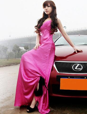 粉红气质美女车模和红色雷克萨斯轿车