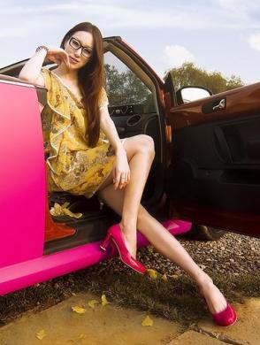 气质成熟美女车模 穿薄纱衣配粉红车