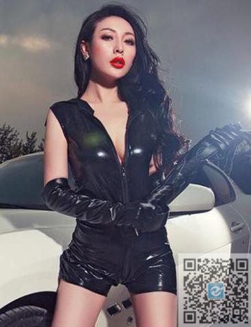 性感黑色皮衣美女车模与白色时尚跑车