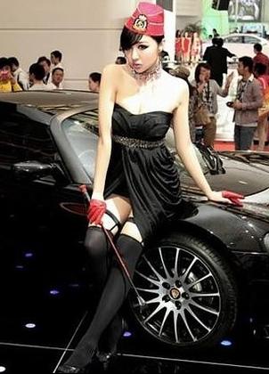 黑色制服美女车模和黑色跑车 诱惑难挡啊