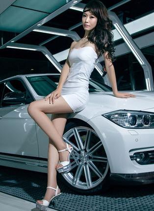 长腿美女 白色沙质短裙美女车模和宝马轿车