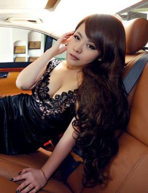 车内的激情 性感美女车模车内诱惑展示