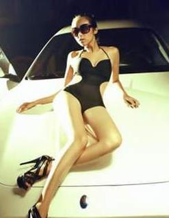 动感和性感 性感比基尼美女车模和白色跑车